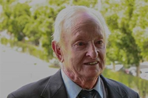 Rod Laver adds his name to the IC Junior Challenge!
